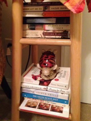 El peso de los libros estabiliza este taburete así que ...