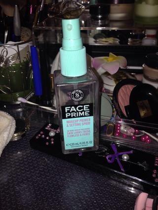 Yo uso este antes del maquillaje y después del maquillaje. Fija el maquillaje perfectamente y dura más tiempo.