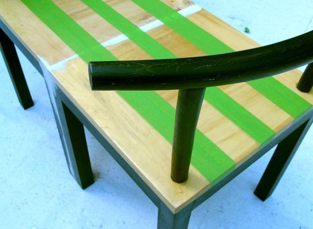 Con el fin de unificar visualmente las sillas unidas, diseñé un modelo desnudo en el asiento del banco. Usé cinta pintores para crear el patrón. Ahora yo'm ready for the fun part.