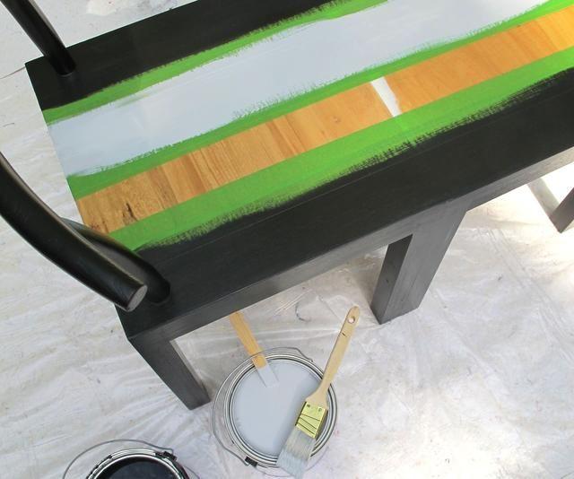 Acelerar el proceso mediante el uso de Glidden Spred completa 2-IN-1 Pintura + Primer. Para lograr el efecto de degradado que iba para, pinté la mayor parte de la banca con Deep Onyx, seguido por Grey Universal.