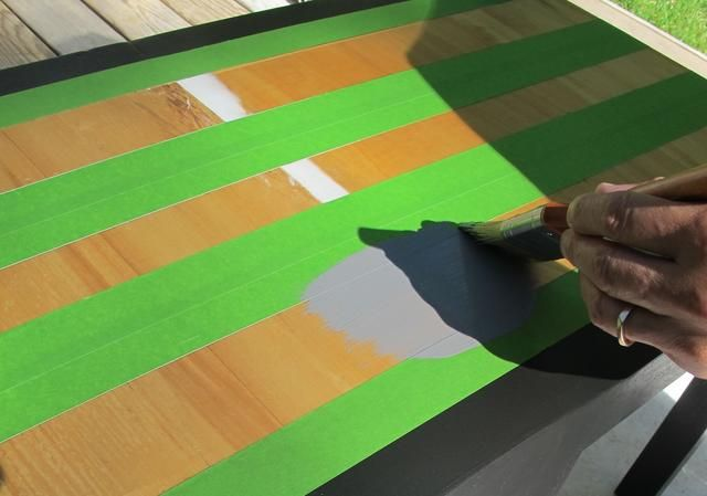 Para ir para completar el patrón, enmascarar las rayas ya pintadas y proceder a pintar las áreas expuestas. Carbón elegante era el tono de transición perfecta entre los otros dos colores que elegí.