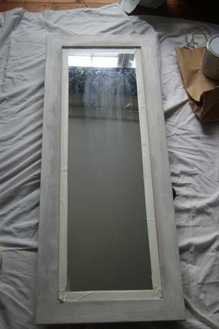 Lo bueno de la tiza pintura .... Sin preparación! Enmascaré el espejo y hice una capa fina de edad blanco. Que quería lograr shabby chic, por lo tanto, el uso de dos colores.