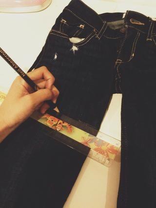 Termine la línea utilizando un patrón V. Esto crea un aspecto mejor que el corte de los pantalones vaqueros rectos a través, pero sólo si la corte en V es sutil.