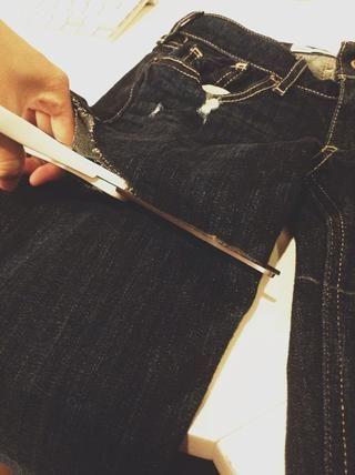 Corte cuidadosamente sus pantalones vaqueros con unas tijeras de tela.