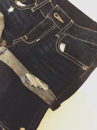 Si desea angustia los pantalones cortos, empezar por dibujar la altura de su angustia con un marcador de tela.