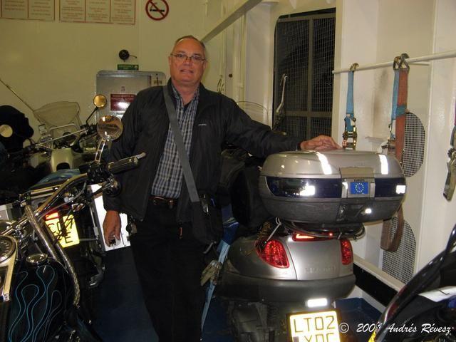 Lleve consigo una caja grande en el scooter a utilizar para su casco y las necesidades de la vida diaria ... mapas, mochila, medicamentos, capas extra ... Y llevar correas o amarres para su uso en el ferry