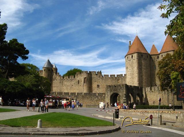Con un scooter, el aparcamiento es sólo un tiro de piedra de las principales atracciones. Esta es la Cite @ Carcassonne.