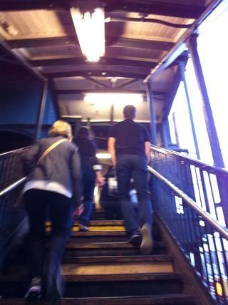 Para las estaciones elevadas como en Queens, que'll climb steps.
