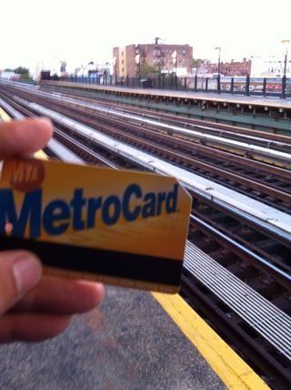 Tarjeta Metro utilizable en todas las estaciones y la mayoría de los autobuses de la MTA.