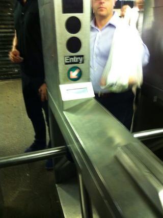 Swipe para acceder a la plataforma de tren.