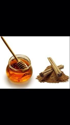 Entonces el salto en la ducha, hacer una pasta de miel y canela o con bicarbonato de sodio. Frote No frote suavemente sobre el rostro y masajear. Dejar solidificar mientras usted termina ducha. Enjuague al enjuagar el cabello.