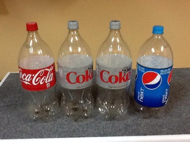 Ejemplos de 2 botellas de refresco de litro vacías. Para tratar el agua, sólo les enjuague varias veces con sólo agua - NO jabón o detergentes.