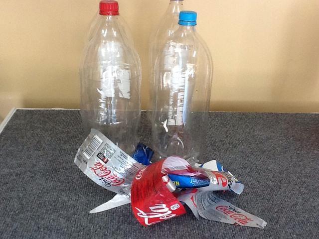 Quítese las etiquetas. Tenga cuidado de no rayar las botellas. Este es el sistema básico de tratamiento de agua. Estas botellas se llenan de clara (más tarde) y luego se coloca en la luz del sol durante 6 horas.