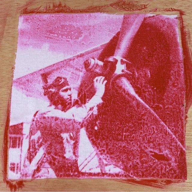 Una vez retirada la negativa después de la exposición, se puede ver que el tinte se está acumulando en la superficie del material.