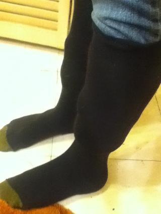 Tire de los calcetines sobre tus jeans doblados