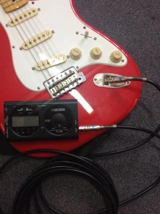 Conecte el cable de instrumento a la toma de entrada de guitarra y afinador electrónico. Asegúrese de que el afinador electrónico está encendida.