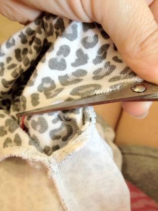 Ayuda a mantener y tire el material de la camisa mientras se está cortando a lo largo de la costura para obtener un corte más limpio más fácil.