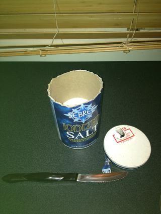 Usa tu cuchillo de sierra para cortar la tapa de la caja de la sal.