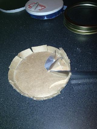 Corté alrededor del borde de la tapa con mi cuchillo por lo que sería flexible y fácil de cortar alrededor del borde con mis tijeras. El tamaño de la tapa de la caja y la tapa del frasco son un ajuste perfecto.