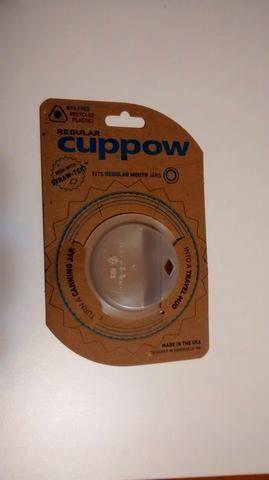 Este accesorio Cuppow encaja perfectamente en la boca del frasco sin fugas, compré la mía en Amazon por $ 7.99