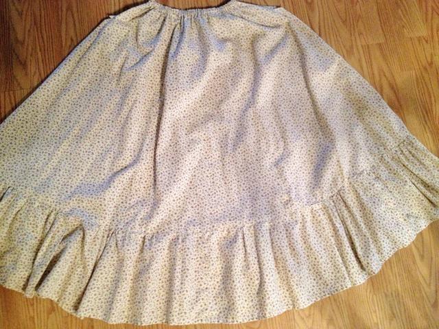 La falda que comenzó con. Fue a partir de una tienda de segunda mano por $ 2 o menos y yo estaba harto de que se caiga hacia abajo como un vestido palabra de honor. Coloque la falda a cabo sobre una superficie dura y lisa a cabo de la mejor manera posible.