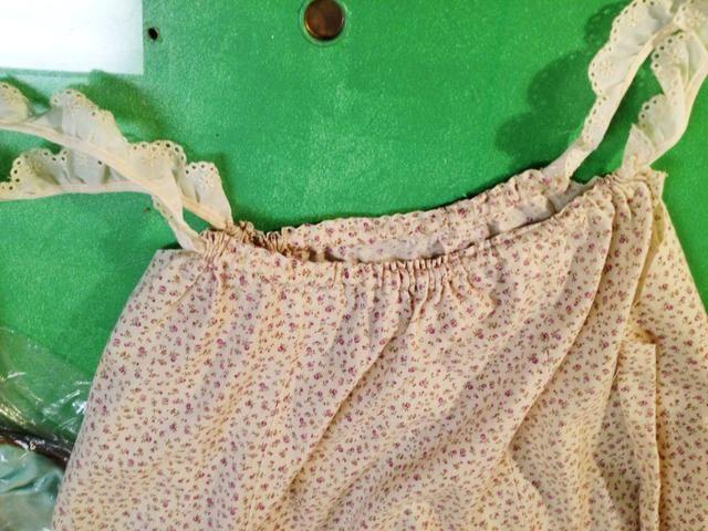 Una vez que es a través, hacer lo mismo con el otro lado (la parte posterior) de la falda hasta que tenga correas.