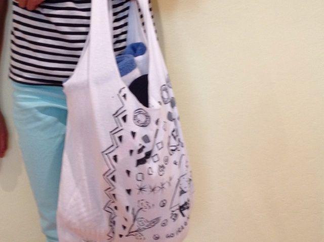 Cómo convertir una camiseta en una bolsa (No Sew)