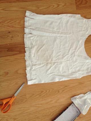 Corte las tiras en la parte inferior de aproximadamente 3 pulgadas de largo, o lo suficientemente largas para atar en un nudo doble apretado.