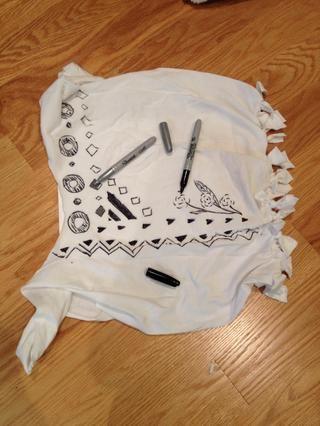 Esto es opcional, pero me atrajo diseños con los sharpies. O bien, puede utilizar la pintura o de la tela plumas de acrílico. Asegúrese de poner un grueso pedazo de papel entre la parte delantera y trasera de la camiseta para evitar el sangrado.
