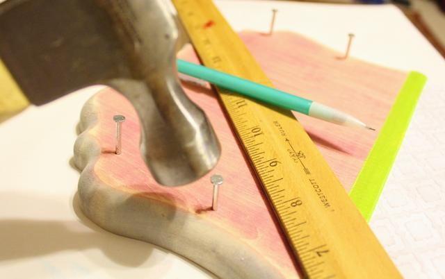 medir y marcar la colocación de los clavos, y luego clavar los clavos - asegurándose de trabajar en un
