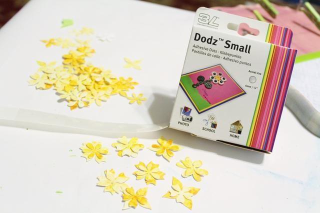 utilizar dodz Pequeño para adherir algunas de las flores juntas en grupo de 2 ...