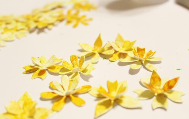 doblar los pétalos de las primeras flores en los que agrupan ...