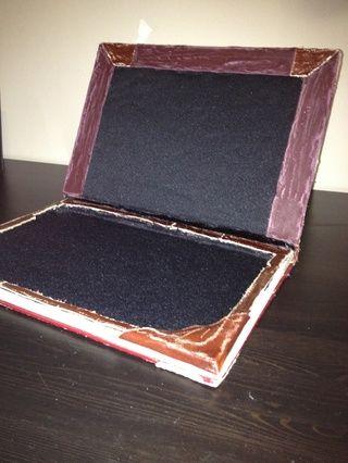 Ahora, para el interior: después de forro de tela suave, agregue cuero recorte a la parte superior y la parte inferior para un efecto agradable.