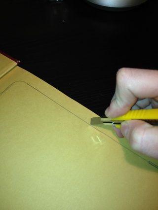 Con un cuchillo afilado, corte profunda y cuidadosamente a través de todas las páginas hasta llegar a la parte inferior del libro. Retire las páginas cortadas a lo largo del camino.
