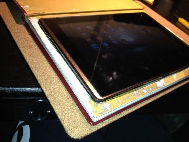 Compruebe que la tableta se ajusta cómodamente. Ranuras de corte para tener acceso a los botones de encendido y de volumen en su tableta una vez que