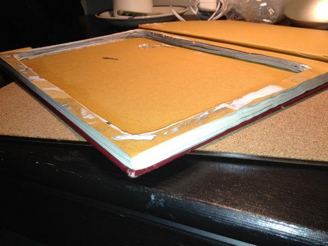 Una vez que todo el papel se ha eliminado, el uso de pegamento de papel y un pincel para pegar las páginas juntas.