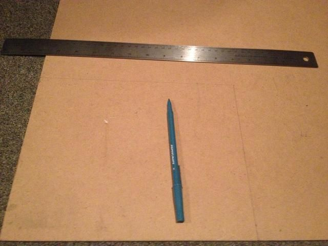 A continuación, medir el interior del marco y dibujar contorno en el panel duro. Utilice sierra para cortar.