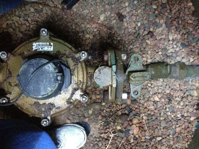 Busque la flecha (que es la válvula de bola real) situado en el extremo de salida de la válvula.