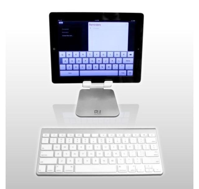 Siéntese su teclado Bluetooth emparejado en frente del ipad y de pie. (Emparejamiento está sincronizando el bluetooth en un dispositivo al bluetooth de otro dispositivo, para que trabajen juntos)