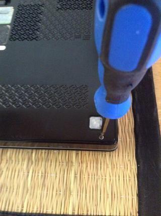 Para empezar, retire todos los tornillos de la parte posterior de su computadora portátil.
