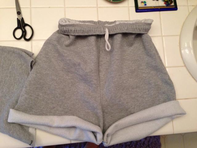 Enrolle los fondos para una apariencia cursi! :) Y ta da! Su hecho! , Shorts cómodos lindos, de viejos sudores feos! :)