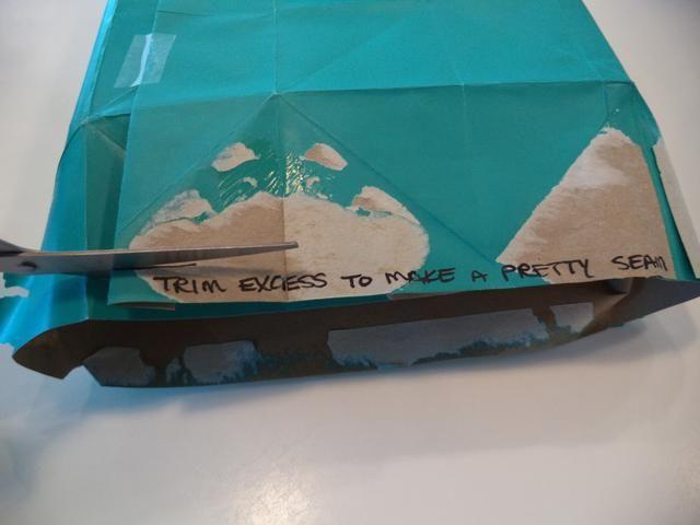 Recortar cualquier exceso de papel de los bordes ...