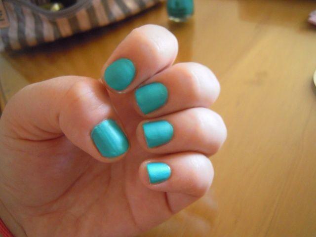 Aplique dos capas de esmalte de uñas de color turquesa. Déjalo secar.