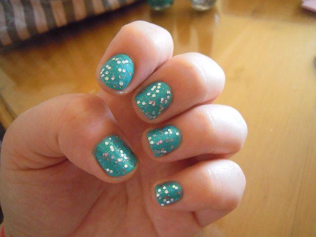 Aplique una o dos capas delgadas de esmalte de uñas brillo y acabado con la capa superior. Sus uñas se verá increíble !!