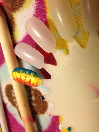 Usted tendrá que ir a través de los colores de nuevo para asegurarse de que son muy húmedo Tome un palillo de dientes y suavemente deslizar sobre los colores :)