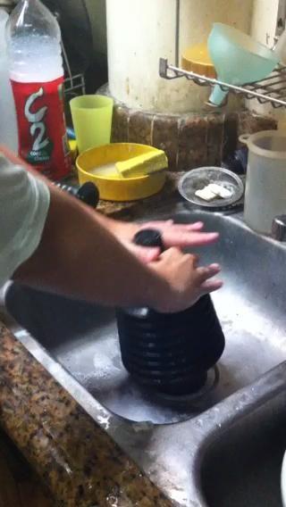 Coloque la copa de goma del émbolo directamente sobre el desagüe y empuje el mango del émbolo hacia arriba y abajo alrededor de 10-20 veces. Si se ha saltado step6, empuje el mango hacia arriba y hacia abajo hasta drenado toda el agua