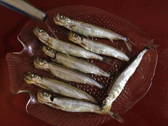En primer lugar, se descongelan peces a temperatura ambiente y luego espolvorear con sal y marinar durante al menos 15 minutos.