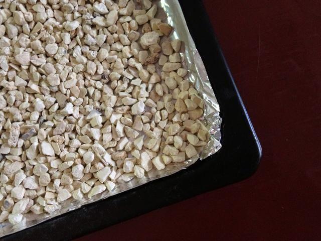 Aquí es donde el secreto está. Coloque piedras de zeolita de manera uniforme sobre la bandeja.