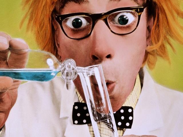 Así que, básicamente estos chicos con las batas blancas de laboratorio y los vidrios divertidos que buscan son como CHEFS que cocinan con átomos.
