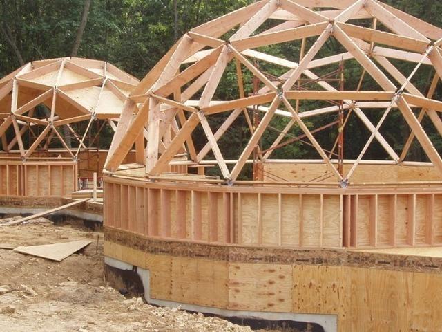 El buckminsterfullereno lleva el nombre de Buckminster Fuller, conocido por sus cúpulas geodésicas en la década de 1970. Es una forma muy estable y fuerte.